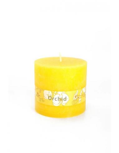 Žltá valcovitá sviečka stredná